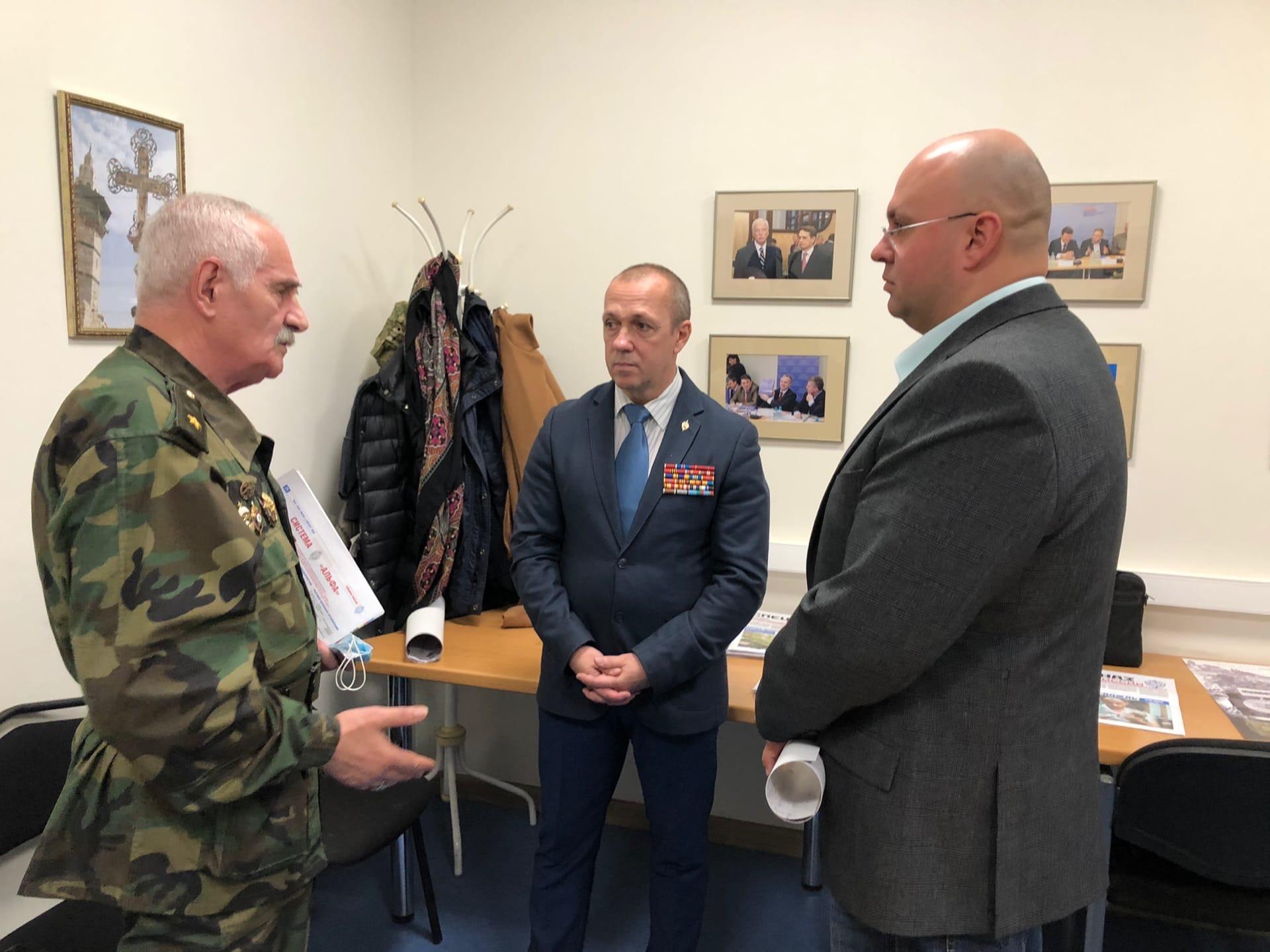 Разудалов Юрий вручает медаль Военкор